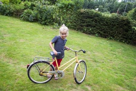 feeling positive: Una peque�a ni�a aprendiendo a andar en bicicleta sentimiento positivo
