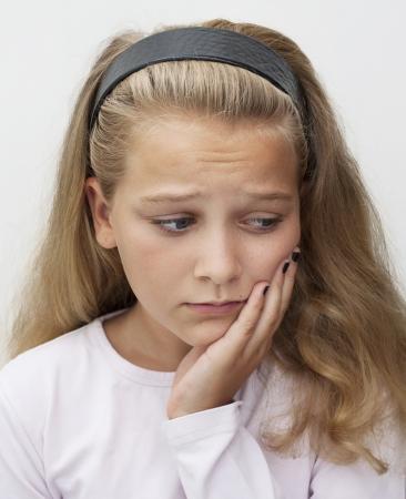 dientes con caries: Una joven adolescente que sufre de dolor de muelas Foto de archivo