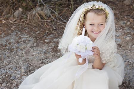 Een jong kind doet haar katholieke eerste heilige communie Stockfoto