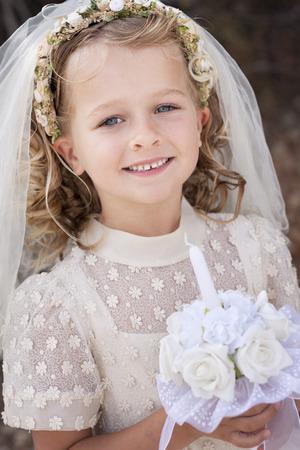 Een jong kind doet haar eerste heilige communie