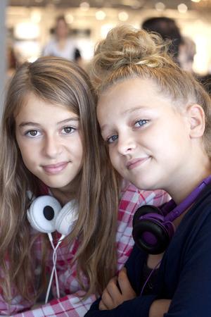 chilling out: Dos hermosas chicas confiadas relajarse juntos