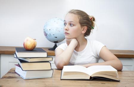 poner atencion: A soñar despierto estudiante de secundaria que hacer sus deberes