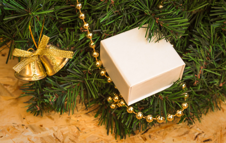 guirnaldas navideñas: Regalo en guirnaldas de Navidad. Las decoraciones de oro. De cerca. Foto de archivo