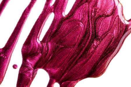 Esmalte de uñas morado derramado con purpurina. Fondo horizontal rectangular cosmético.