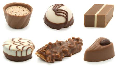 cafe bombon: surtido chocolate pralines, aislados en fondo blanco  Foto de archivo