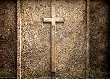 memorial cross: Cruz sobre fondo de pared Foto de archivo