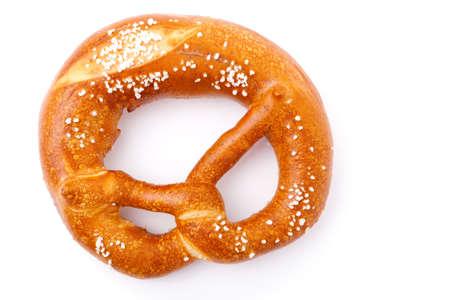 塩と新鮮なドイツ語プレッツェル (プレッツェルをつまみ)