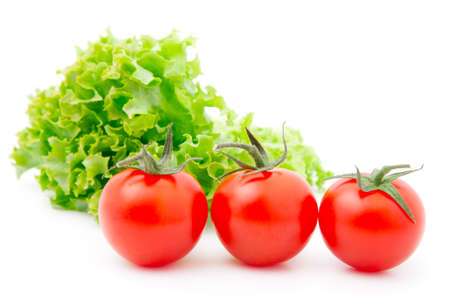 Tomate cherry rojo y ensalada de lechuga