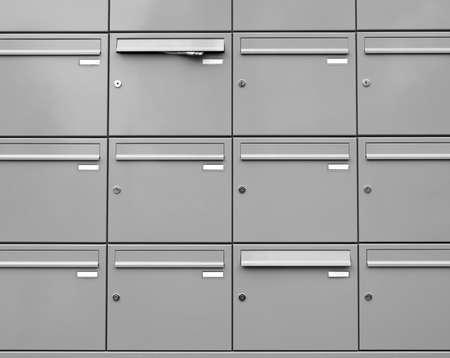金属のメールボックス