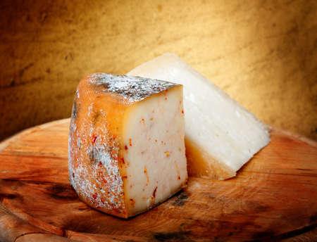 茶色の背景にチーズのマクロ撮影
