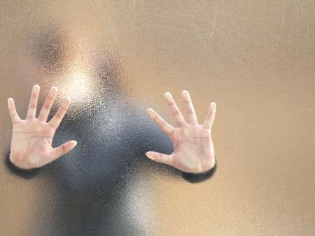 desesperado: Silueta de una chica a trav�s de un vidrio esmerilado,