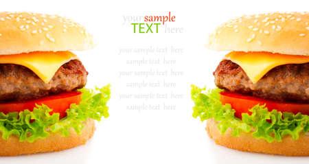 papas fritas: Sabrosa hamburguesa en el fondo blanco Foto de archivo