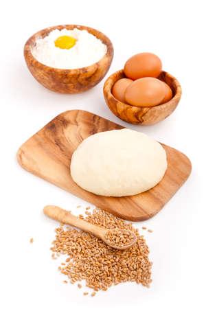 haciendo pan: La masa con los huevos crudos freshyeast, aislado en blanco