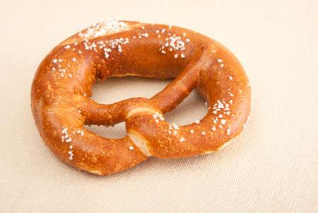 comida alemana: fresca pretzel alemán (Bretzel) con sal, con copia espacio. Foto de archivo