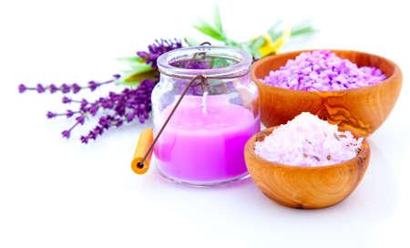 Lavendel Badesalz, isoliert auf weißem Hintergrund