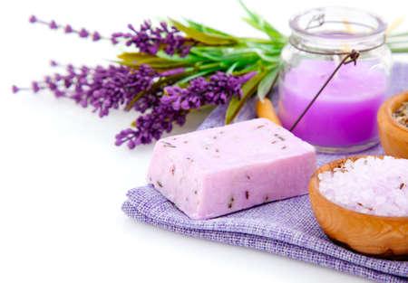 Lavendel Seife, Badesalz und Kerze isoliert auf weißem Hintergrund