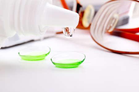 hyperopia: Close-up di lenti a contatto verdi nel contenitore con la soluzione