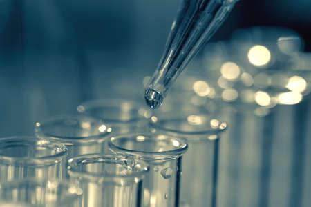 probeta: Pipetear añadir fluido a uno de los tubos de ensayo varias