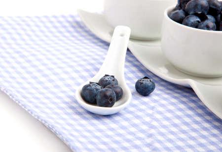 Serviette: ar�ndanos frescos en cuchara de porcelana blanca, sobre servilleta