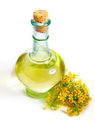 frisches Rapsöl in einer Flasche, auf einem weißen Hintergrund