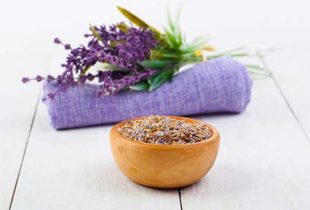 serviette: hierbas secas de lavanda, y flores en la servilleta, sobre fondo de madera blanco