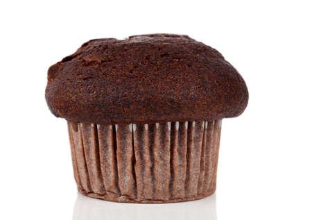 Nahaufnahme eines frisch gebackenen Schokolade Muffin vor einem wei?en Hintergrund Standard-Bild