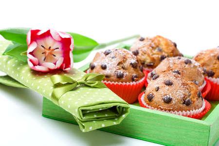 serviette: muffins met een servet, in een lade voor het ontbijt. geïsoleerd op witte achtergrond.
