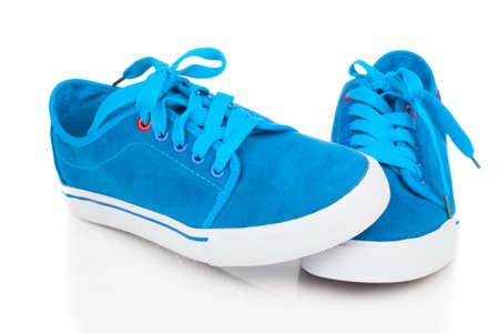 hombres corriendo: zapatos azules de la vendimia en el fondo blanco
