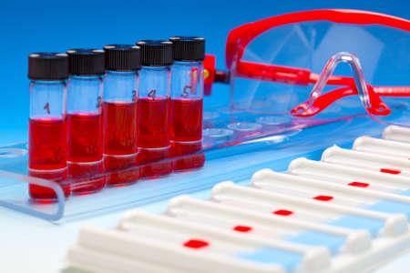 biopsia: Matriz de muestras de sangre para la microscop�a y la biopsia del tejido de fondo azul degradado