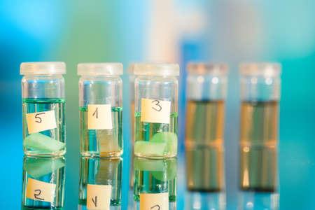 biopsia: Tres muestras en viales de pl�stico para la microscop�a y tejido de la biopsia. laboratorio biol�gico Foto de archivo