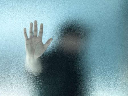 Silhouette d'un homme à travers un verre dépoli Banque d'images