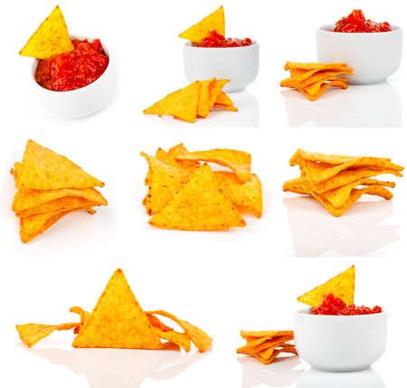 tortilla de maiz: Chips de maíz de los Nachos con salsa fresca aislados en blanco Foto de archivo