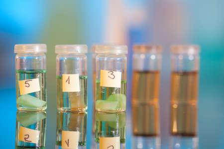 biopsia: muestras en frascos de pl�stico para la microscop�a y la biopsia de tejido laboratorio biol�gico