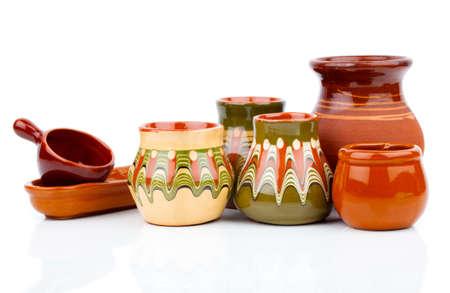 白い背景の上の古い台所用品 (粘土鍋)
