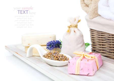sachets: Primer plano de jab�n de lavanda y bolsitas perfumadas con flores de lavanda seca Foto de archivo