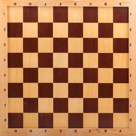 白い背景に分離された木製のチェス盤