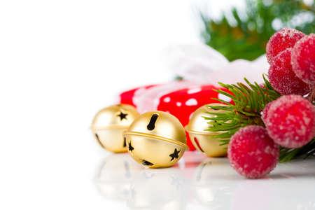 campanas de navidad: Campanas de Navidad y la decoración de Navidad en el fondo blanco