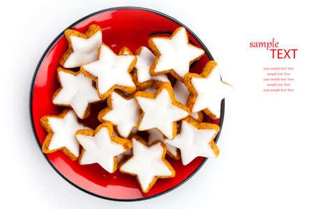 galletas de navidad: Galletas de la estrella de Navidad de canela en un plato rojo