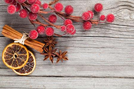 Kerst decoratie op houten achtergrond, met vrije ruimte voor uw tekst
