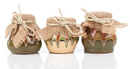 ollas de barro: antigua cocina, jarra (ollas de barro), en el fondo blanco