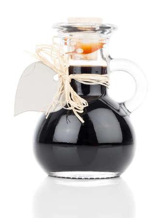 ardent: sciroppo d'acero in bottiglia di vetro o di sciroppo a base di erbe, bevanda ardente, miscela, con l'etichetta cuore isolato su bianco