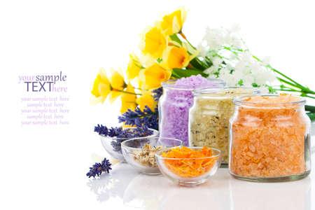 różne rodzaje sól do kąpieli z kwiatami, odizolowane na białym tle Zdjęcie Seryjne