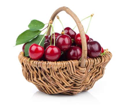 cesta de frutas: Cesta llena de cereza fresca roja sobre un fondo blanco
