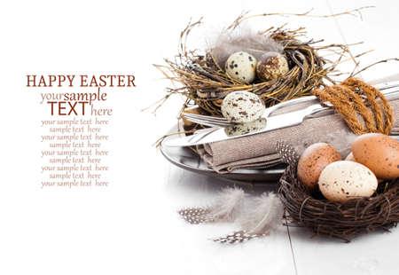 huevos de codorniz: decoración de la mesa en el fondo de madera blanca con huevos de codorniz