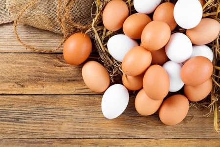 animales de granja: Huevos en el fondo de madera Foto de archivo