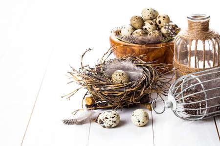 huevos de codorniz: huevos de codorniz en el fondo de madera blanca Foto de archivo