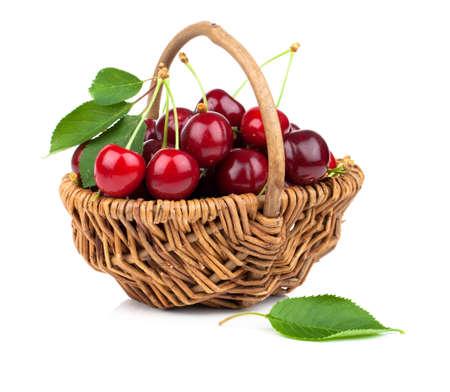 canasta de frutas: Cesta llena de cereza fresca roja sobre un fondo blanco