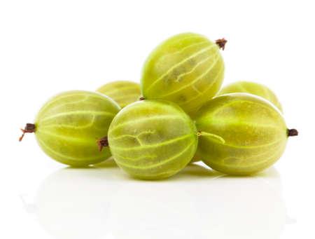 grosella: grosella espinosa fresca aislada en el fondo blanco Foto de archivo