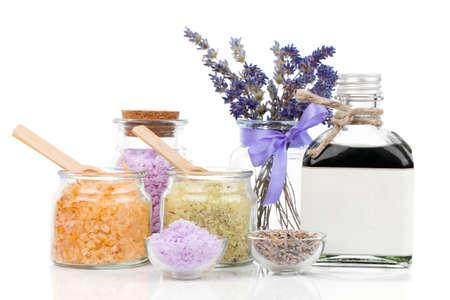 sal: Spa bodegón con flores de lavanda y sal de baño, sobre fondo blanco
