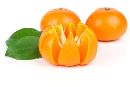 jugo de frutas: Mandarinas naranjas con hojas verdes aisladas sobre fondo blanco